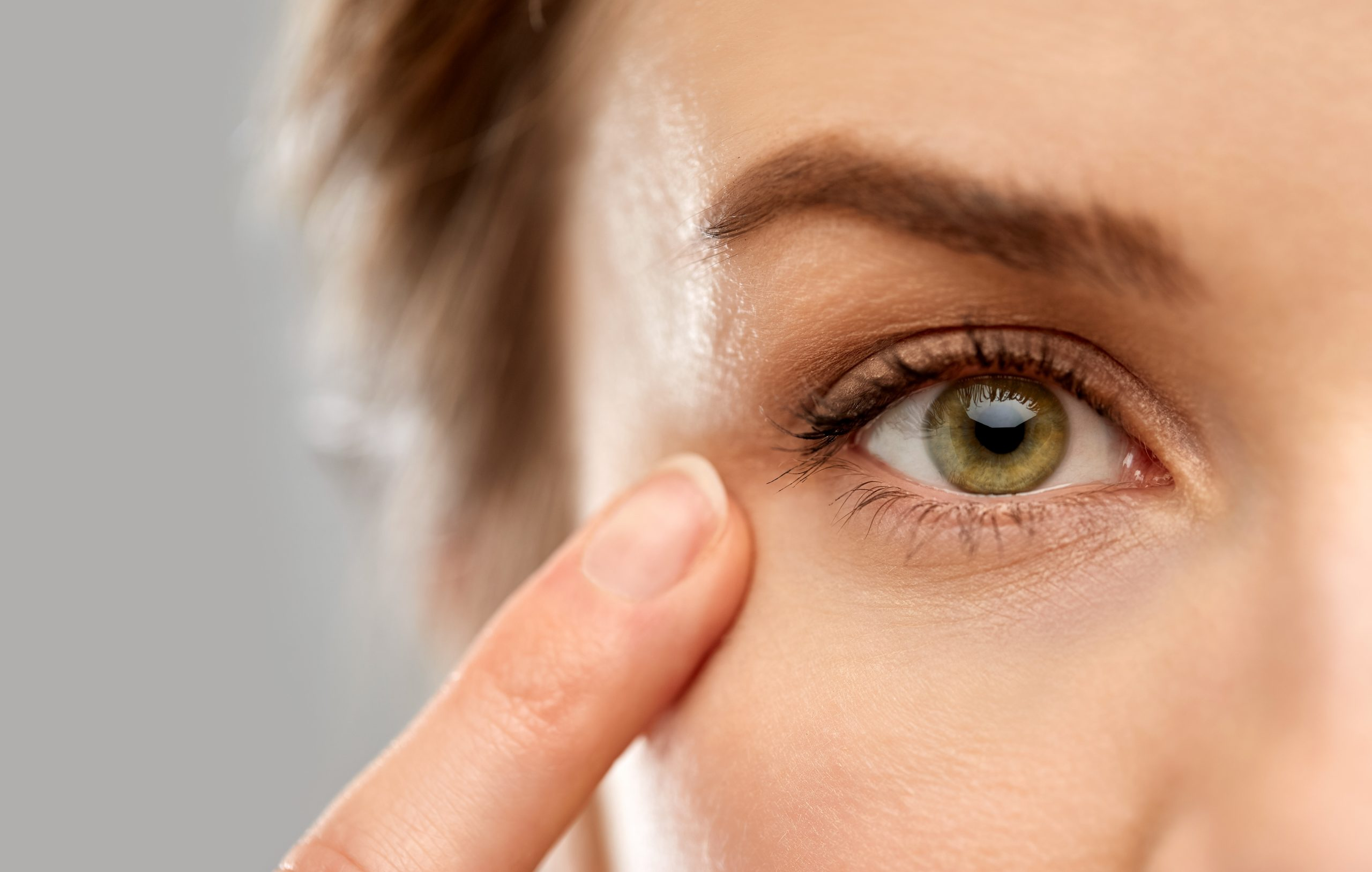 Female patient, eyes: How to get rid of hooded eyes?